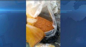 Várias sacolas com merenda escolar foram encontradas no lixo
