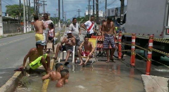 Compesa diz que consertou buraco usado como ''piscina'' em Olinda