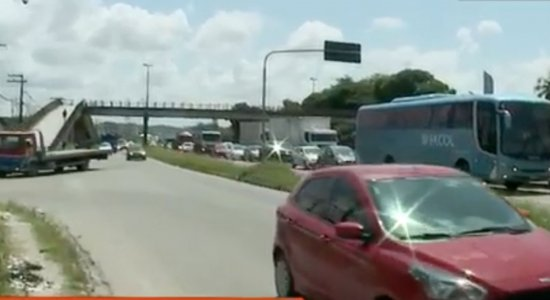 Obra de recuperação em passarela interdita trecho da BR-232 no Recife