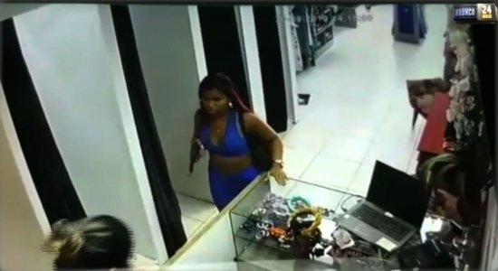 Polícia procura por mulher que se finge de cliente para assaltar loja