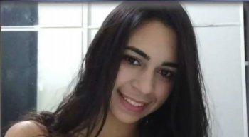 A adolescente estava na frente da casa onde morava quando foi assassinada