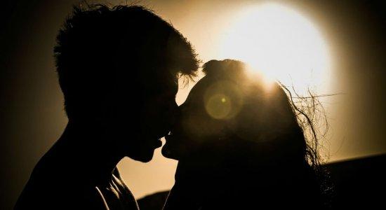 Pode beijar? Vírus da covid-19 infecta e se replica em células da saliva, diz pesquisa