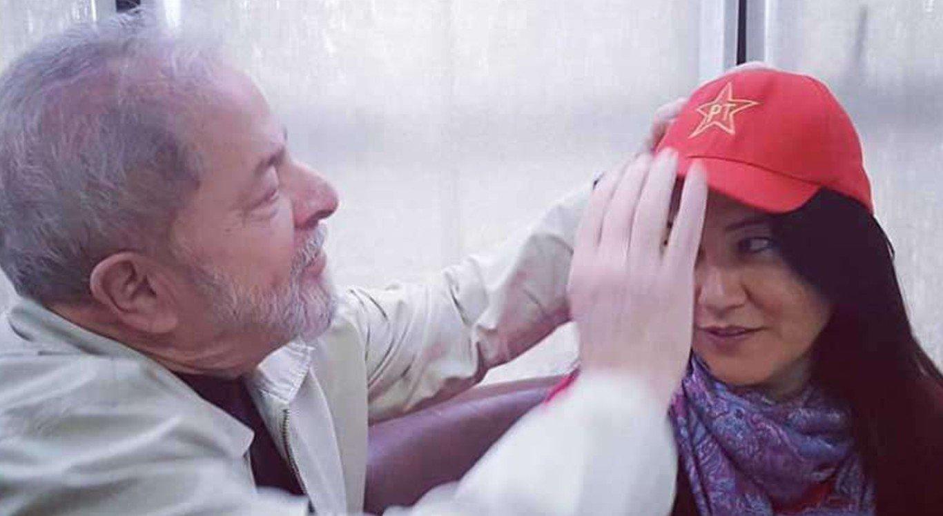 A escritora Elika Takimoto junto com o ex-presidente Lula, em abril