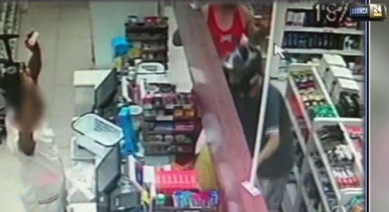 Vídeo mostra momento em que dupla armada assalta farmácia em Piedade