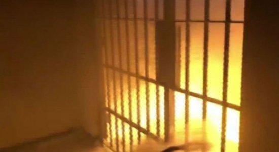 Detentos tocam fogo em presídio de segurança máxima de Itaquitinga