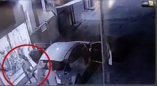 Vídeo: Dupla armada rouba carro de mulher em Olinda
