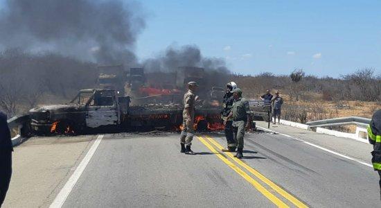 homens romperam a cerca do aeroporto e entraram com um veículo Fiat Doblô no local.