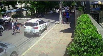 As imagens foram registradas por câmeras de segurança