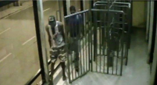 Polícia divulga imagens de furtos em estação de BRT