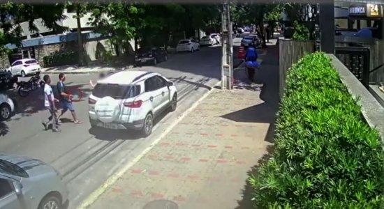Vídeo: dupla armada rouba carro de mulher no bairro da Torre