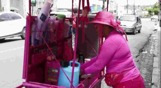 Vendedora de caldinho vestida de rosa faz sucesso no Recife