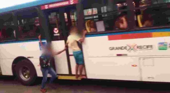 Vídeo: Jovens arriscam vidas pendurados em ônibus no Recife
