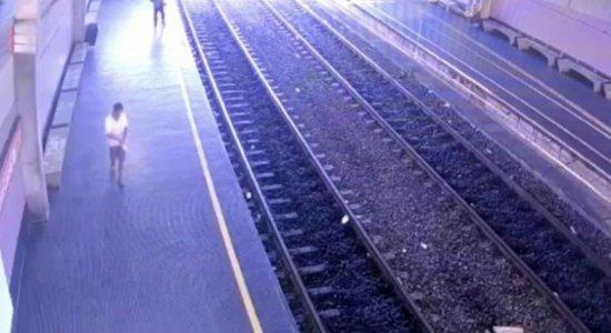 Homem joga coleira de animal em cabos de energia do metrô