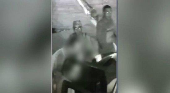 Dupla armada rouba carro de família em Areias; veja vídeo