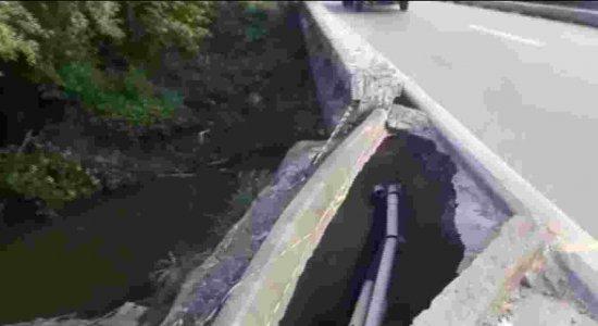 Buraco na BR-101 ocasiona risco de motoristas caírem dentro de rio