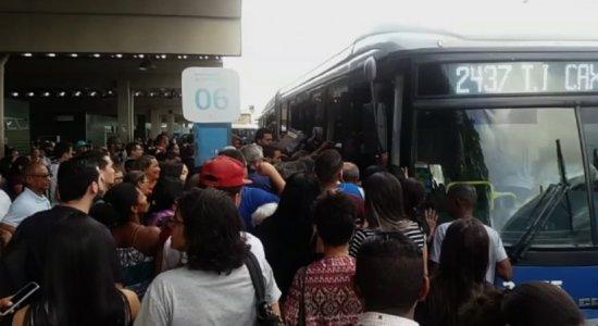 Vídeo mostra superlotação em ônibus na Integração da Caxangá