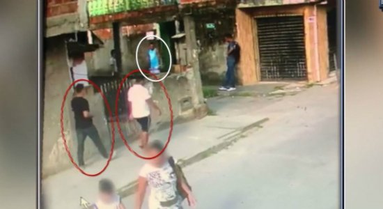 Vídeo mostra homem sendo assassinado por trio no Cabo