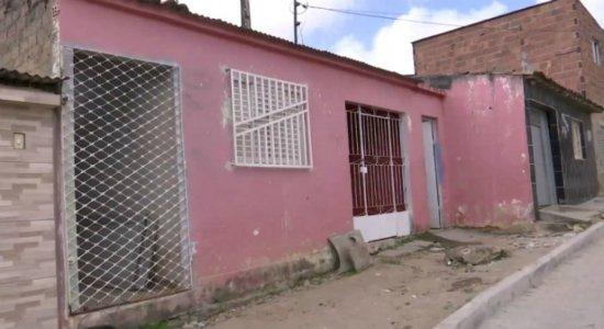 Criminosos invadem casa, matam casal e deixam três mulheres feridas