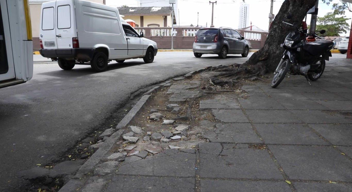 Calçadas emburacadas prejudica pedestres em Caruaru