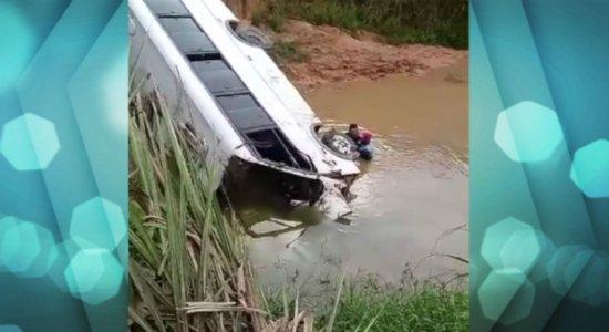 Motorista de van morre após cair em ribanceira na Zona da Mata