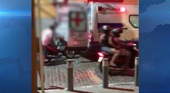 Três pessoas ajudaram a colocar o veículo dentro da ambulância.