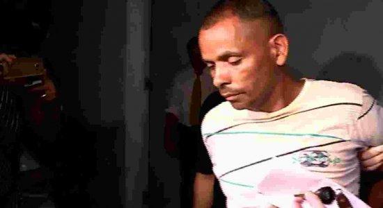 Suspeito de assassinar mulher é preso e cospe em repórter