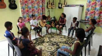 Crianças beneficiadas pela instituição aprendem a tocar instrumentos na sala de música