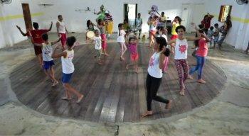 Criançada pratica a dança na ONG Daruê Malungo