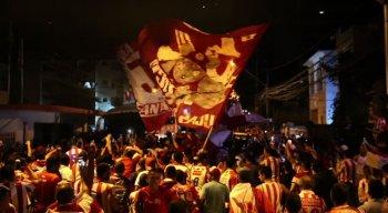 Torcedores desfilaram pelas ruas da cidade acompanhando os jogadores do Náutico, que estavam em um carro do Corpo de Bombeiros