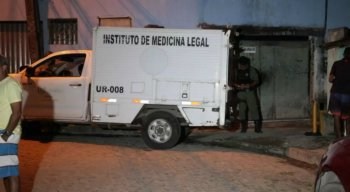 Policiais do Departamento de Homicídios e Proteção à Pessoa (DHPP) e peritos do Instituto de Criminalística (IC) estiveram no local e iniciaram as investigações