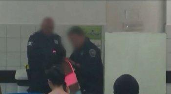 O vídeo mostra a discussão e o momento em que o guarda municipal puxa a garota pelo braço