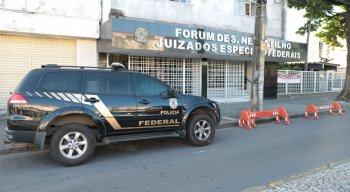 Polícia Federal investiga mochila deixada em frente a fórum no Recife