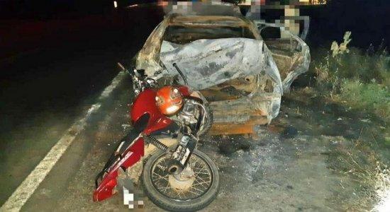 Moto bate em carro incendiado e duas pessoas ficam feridas na BR-104