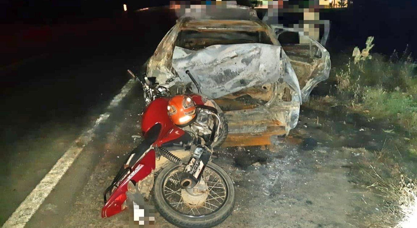 Pessoas ficaram feridas após colidir com carro que foi incendiado