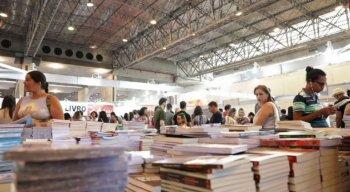 Exposição de livros, palestras e entrevistas com autores famosos são parte da programação que atraem o público à feira