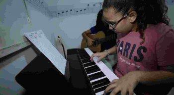 Alunos relatam desenvolvimento na concentração após aulas de música