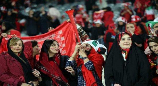 Iranianas verão jogo masculino em estádio após 40 anos