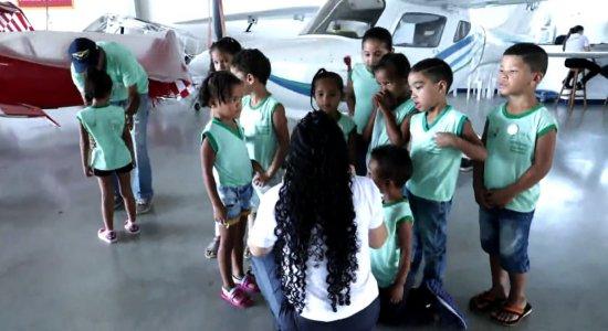 Crianças de escola comunitária realizam sonho ao voar de avião