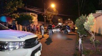A vítima foi atingida por três tiros