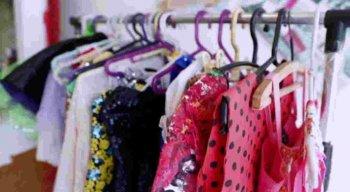 Os produtos vendidos são roupas e brinquedos que ela mesmo deixou de usar, mas também itens que chegam por meio de doações.