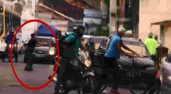 O aposentado estava na frente da igreja, quando dois homens armados com facas anunciaram o assalto.