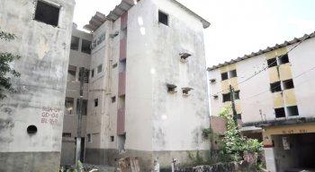 Dos sessenta e nove blocos construídos em quatro quadras, quarenta ainda faltam ser demolidos