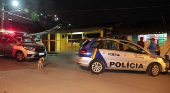 Pintor de automóveis é morto a tiros enquanto conversava com amigo