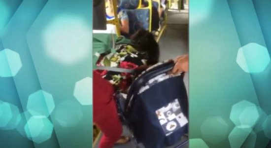 Motorista de ônibus impede mulher de descer com carrinho de bebê