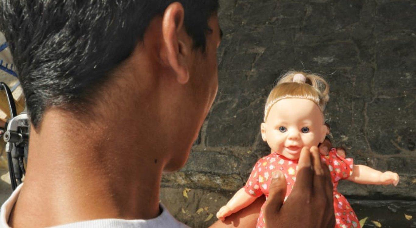Irmão da criança morta após se afogar em tanque em Jataúba chorou ao segurar a boneca que a irmã ganhou