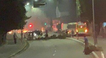 Manifestantes bloquearam os dois sentidos da via