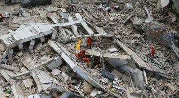 Equipes de resgate resgatam uma vítima após um prédio residencial de sete andares desabar em Fortaleza