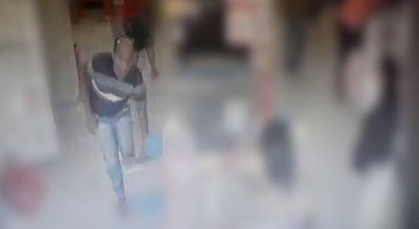 Vídeo mostra homem furtando duas televisões de loja