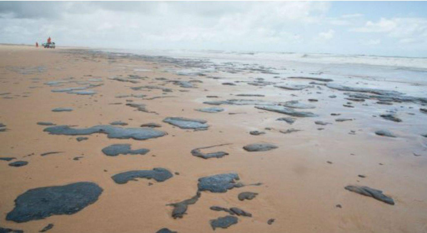 As manchas de óleo estão sendo encontradas em todo o litoral nordestino
