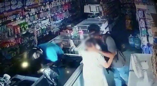 Assaltante dá um beijo e se recusa a receber dinheiro de idosa durante um roubo